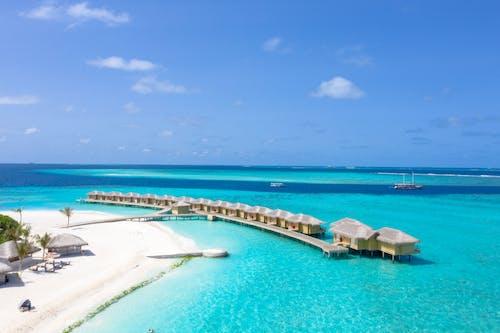 Foto d'estoc gratuïta de cos d'aigua, estiu, exòtic, hotel de platja