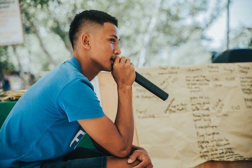 Бесплатное стоковое фото с говорить, микрофон, молодой человек, повседневная одежда