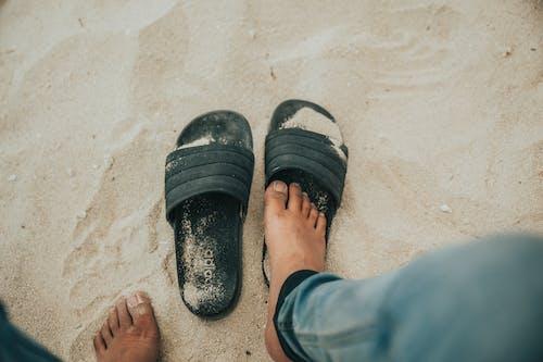 açık hava, ayaklar, bakış açısı, beyaz kum içeren Ücretsiz stok fotoğraf