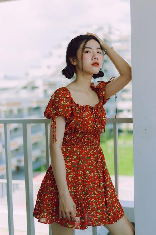 귀여운, 기댄, 드레스, 벽의 무료 스톡 사진