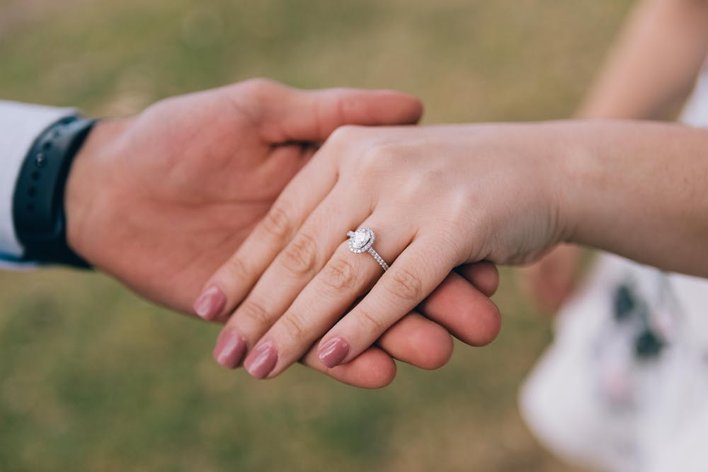 The man put the wedding ring on his girlfriend's finger. | Photo: Pexels
