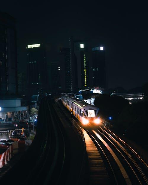 Kostnadsfri bild av järnvägslinjer, kväll, lokomotiv, natt