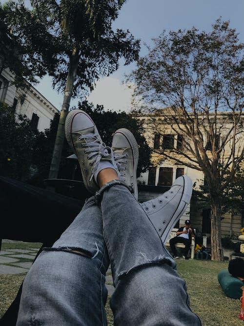 Gratis stockfoto met all star schoenen, benen schoen, converse all star