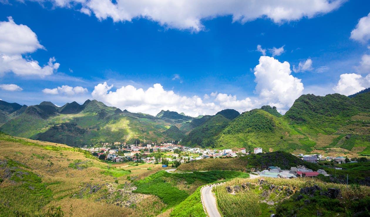 блакитне небо, гірська місцевість, гірські вершини