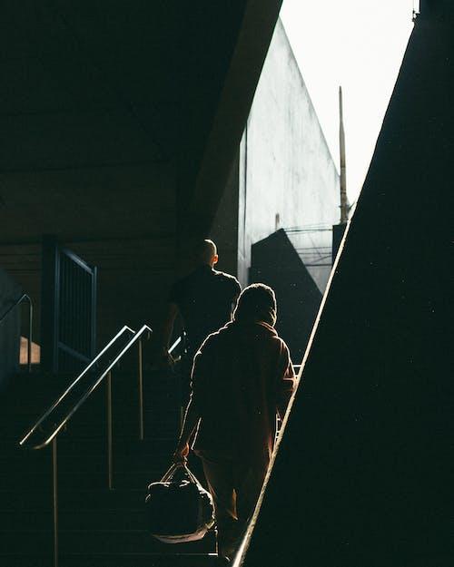 Darmowe zdjęcie z galerii z chodzenie, ciemny, klatka schodowa, ludzie