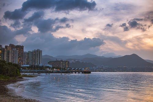 Darmowe zdjęcie z galerii z budynki, chmury, góry, hong kong