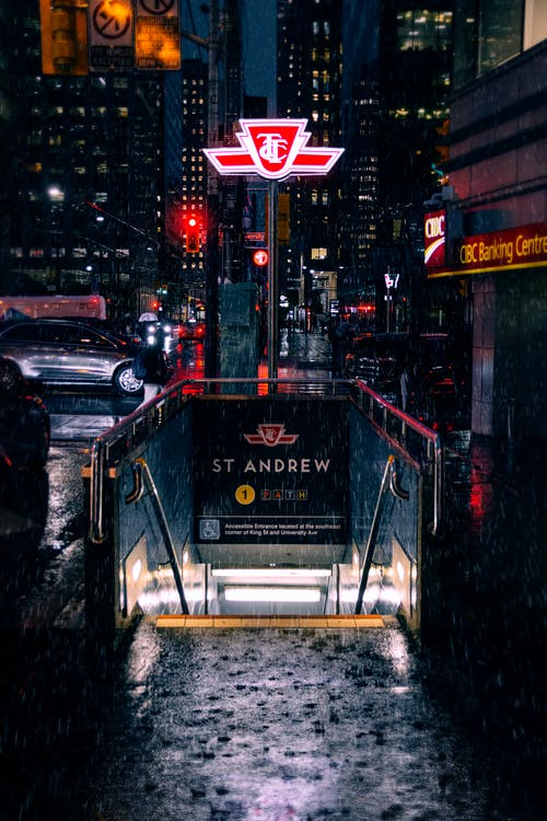 夜間の地下鉄入口