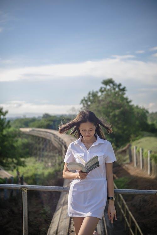 Gratis stockfoto met balustrade, boek, bruin haar, eigen tijd