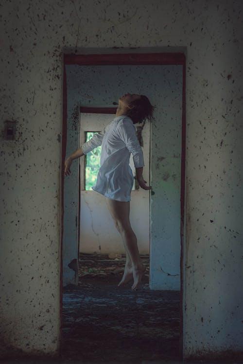Kostnadsfri bild av dörröppning, fönster, ha på sig, hopp skott