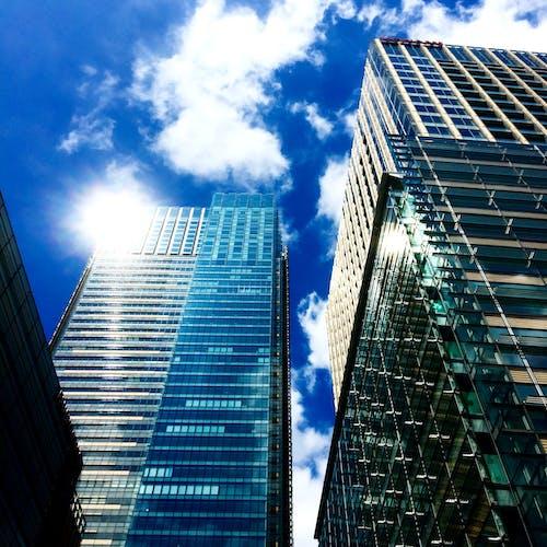 Kostenloses Stock Foto zu architektur, aufnahme von unten, außen, blauer himmel