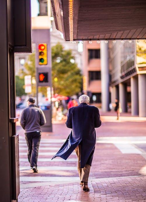 Foto d'estoc gratuïta de a l'aire lliure, adult, caminant, carrer
