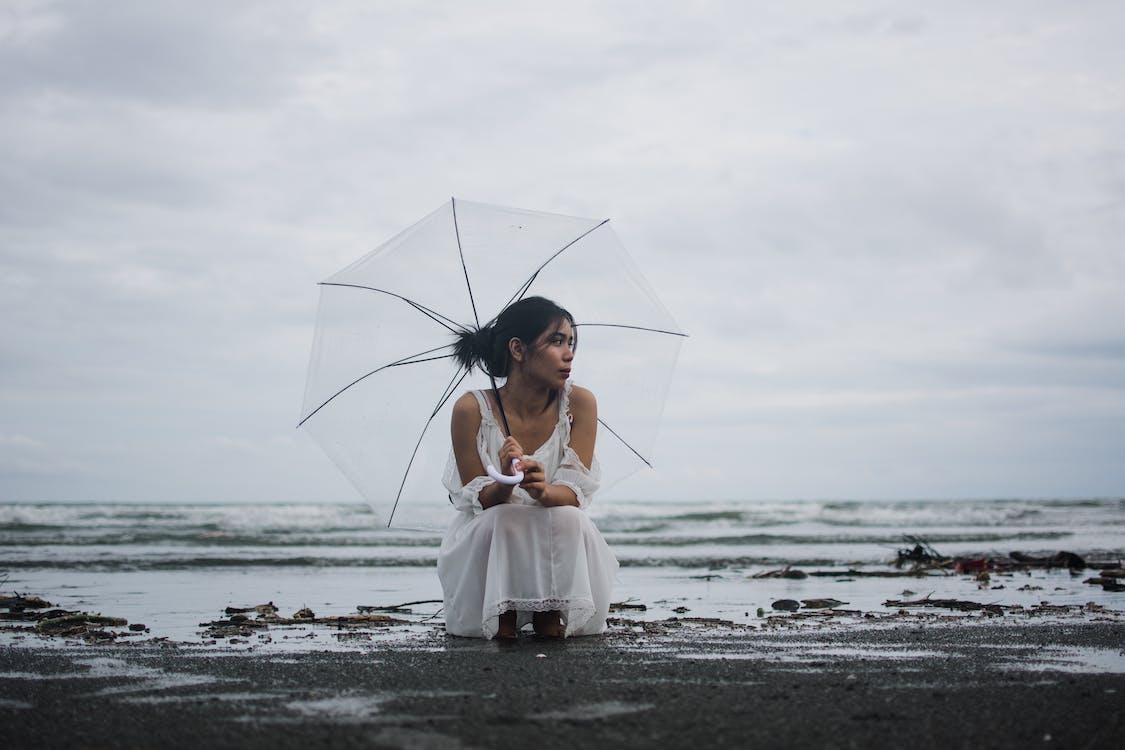 女人拿著傘的照片