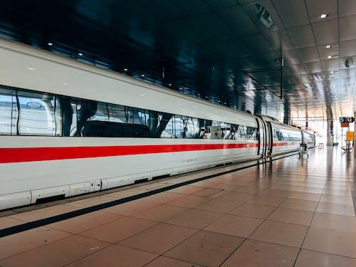Gratis arkivbilde med jernbane, lokomotiv, offentlig transport, plattform