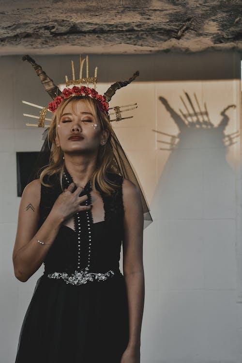 Imagine de stoc gratuită din coroană, costum, cu ochii inchisi, de sex feminin