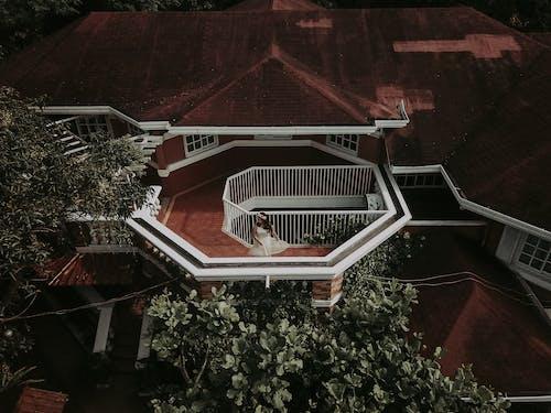 Kostenloses Stock Foto zu architektur, balkon, dach, haus