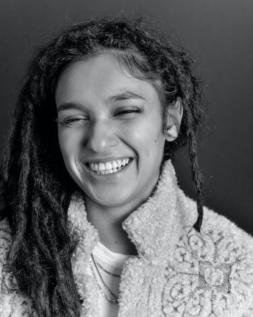 Foto d'estoc gratuïta de blanc i negre, cabells a l'estil rastafari, dona, escala de grisos