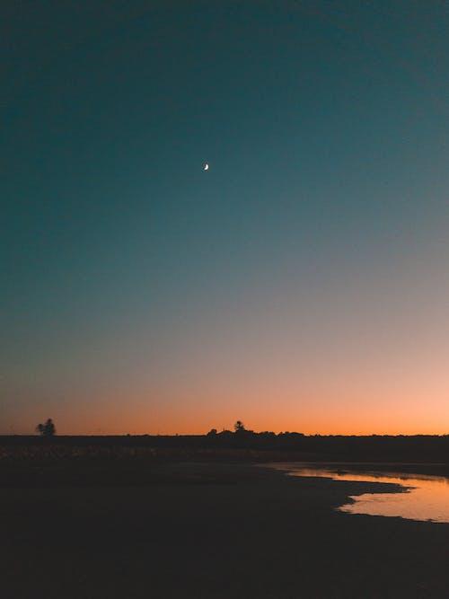 Foto d'estoc gratuïta de capvespre, colors de tardor, mitja lluna, platja