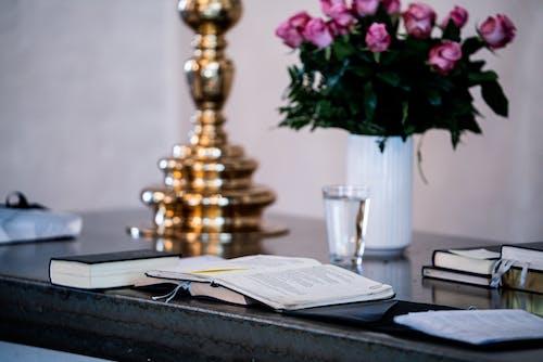 コップ1杯の水, テーブル, フラワーズ, ぼかしの無料の写真素材