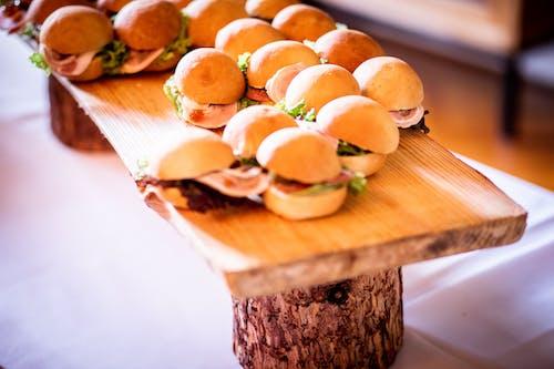 Безкоштовне стокове фото на тему «гамбургери, дерев'яна обробна дошка, домашній, їжа»