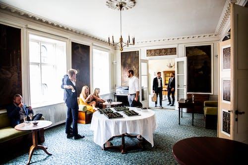 Základová fotografie zdarma na téma křesla, lidé, nábytek, stoly