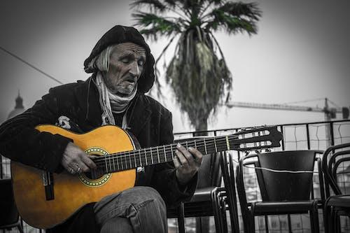 Foto profissional grátis de guitarrista, músicos de rua, violão