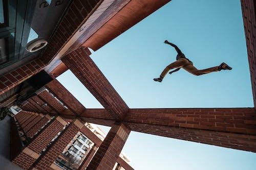 adam, adım atmak, aksiyon, atlama içeren Ücretsiz stok fotoğraf