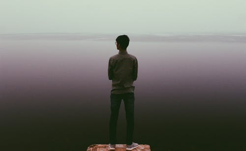 20-25 yaşında erkek, öne çıkmak, siyah su içeren Ücretsiz stok fotoğraf