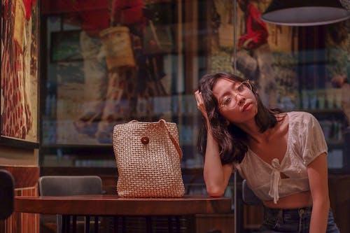 Безкоштовне стокове фото на тему «вираз обличчя, жінка, окуляри, погляд»