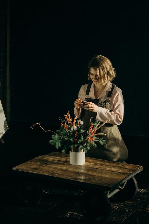 Foto profissional grátis de arranjo de flores, cômodo, decoração de Natal, decorando