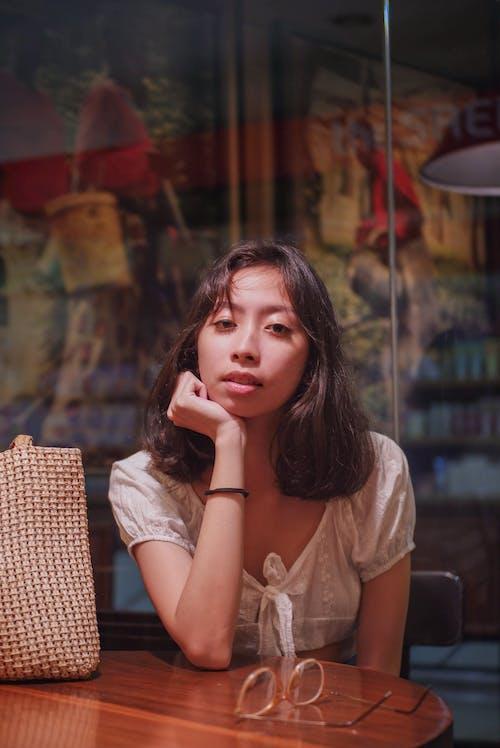 Безкоштовне стокове фото на тему «вираз обличчя, волосина, жінка, погляд»