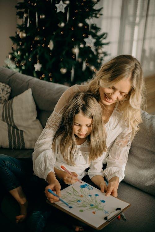 Ingyenes stockfotó anya és lánya, arckifejezés, beltéri, család témában