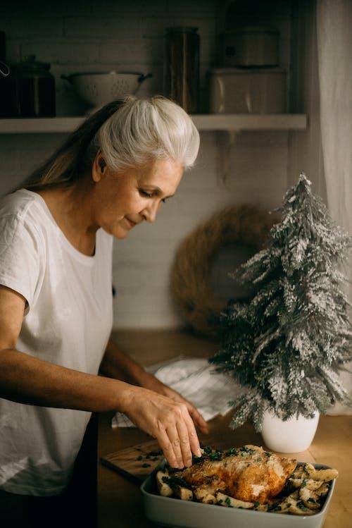 Fotos de stock gratuitas de abuela, Acción de gracias, adentro, adulto