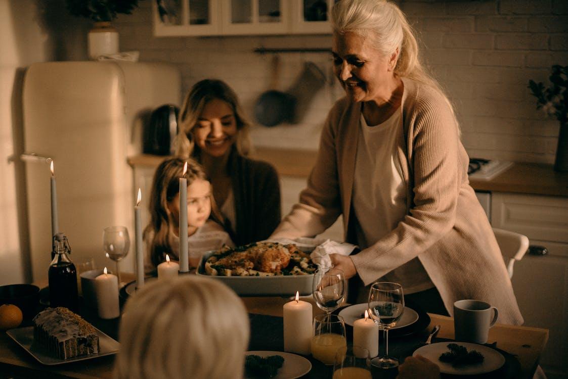dona, estris de cuina, família