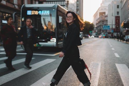 女孩, 街 的 免费素材照片