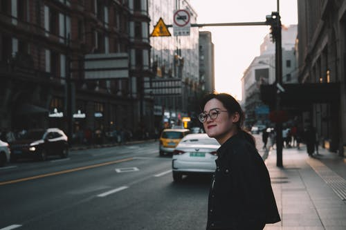 亞洲女孩, 街 的 免费素材照片