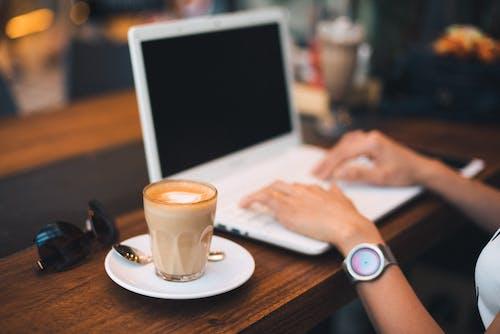 カップ, キーボード, コーヒー, コンピューターの無料の写真素材
