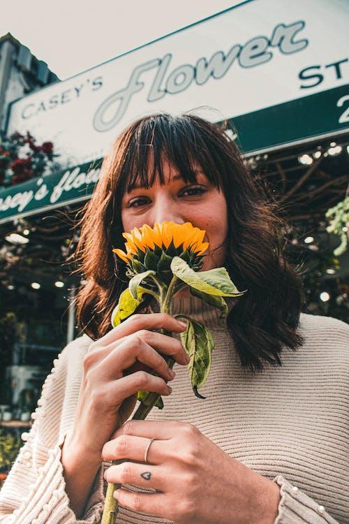 咖啡色頭髮的女人, 女人, 微笑, 花店 的 免费素材照片