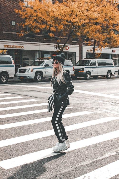 Ilmainen kuvapankkikuva tunnisteilla asfaltti, autot, hattu, katu