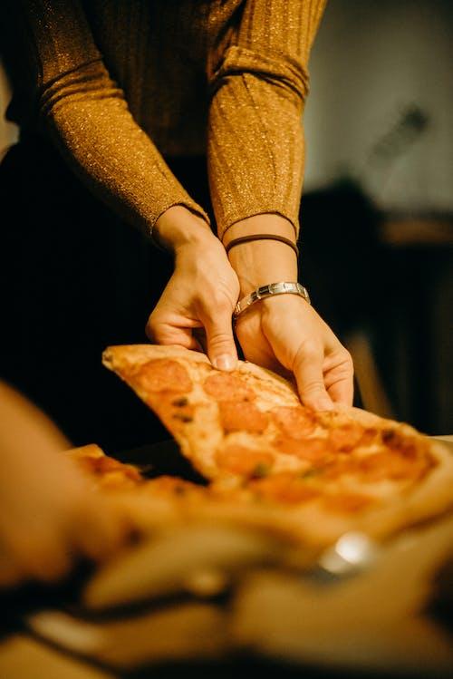 女人採摘披薩