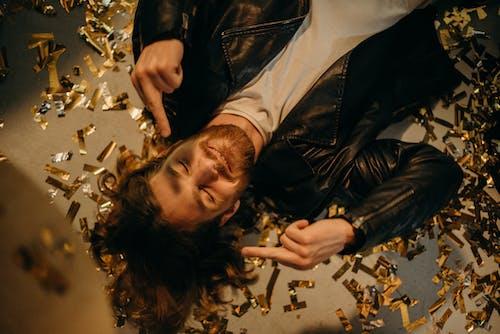 Foto profissional grátis de celebração, comemoração, confete, dedo do meio