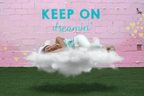 Ảnh lưu trữ miễn phí về bức tường màu hồng, chín tầng mây, cỏ, cô gái xinh đẹp