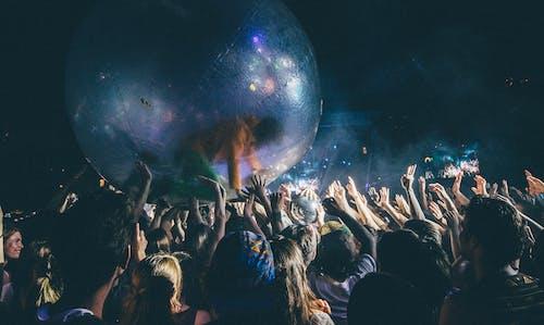 Fotobanka sbezplatnými fotkami na tému festival, gig, ľudia, párty