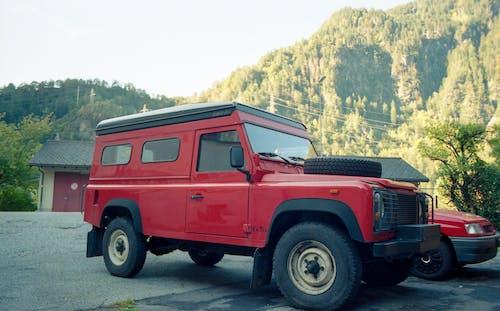 Foto d'estoc gratuïta de cotxe, cotxe vermell, defensor, fotografia analogica