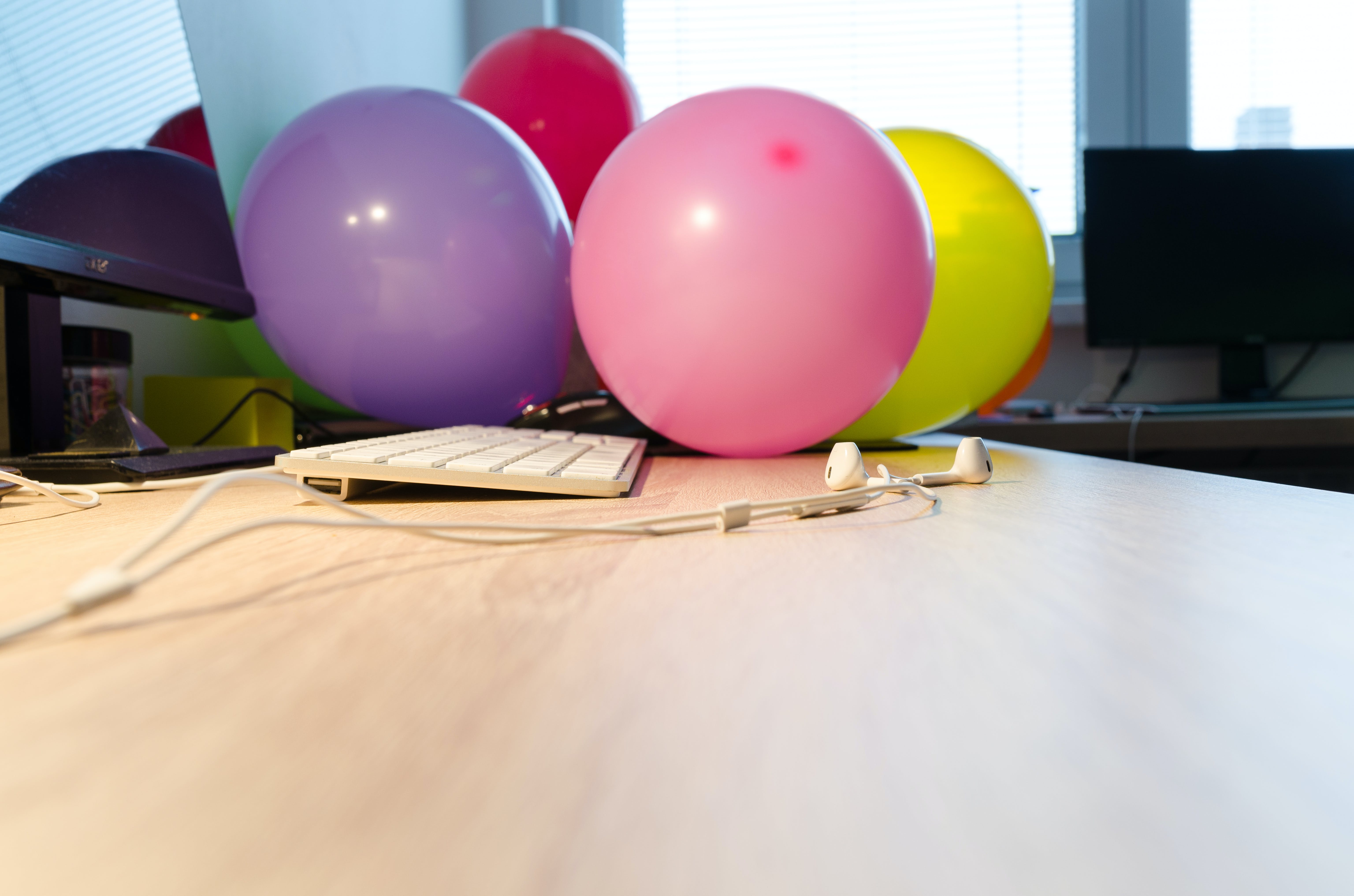 Kostenloses Stock Foto zu arbeit, arbeitsplatz, ballons, bildschirm