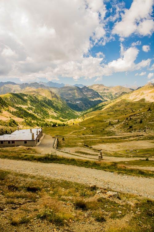 Бесплатное стоковое фото с вид, горные склоны, горный пик, горный хребет