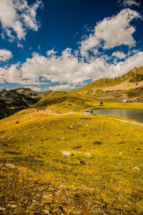 Бесплатное стоковое фото с автомобили, вода, голубое небо, гора