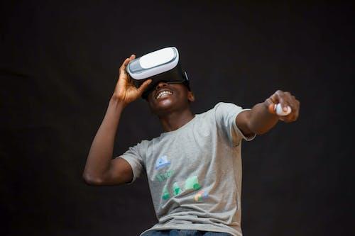 Foto d'estoc gratuïta de casc de realitat virtual, expressió facial, fons negre, home
