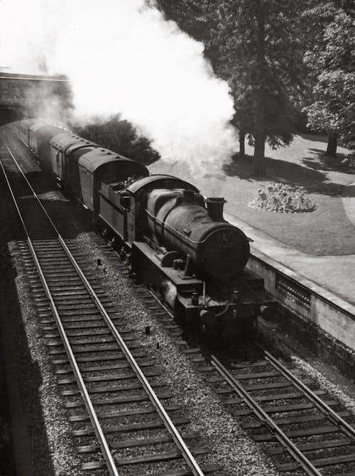 Ilmainen kuvapankkikuva tunnisteilla harjoitella, harmaasävyt, höyryjuna, junanrata