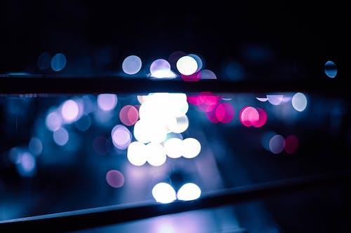 Ilmainen kuvapankkikuva tunnisteilla auton valot, hämärtää taustaa, kaupungin yö, muotokuvaus