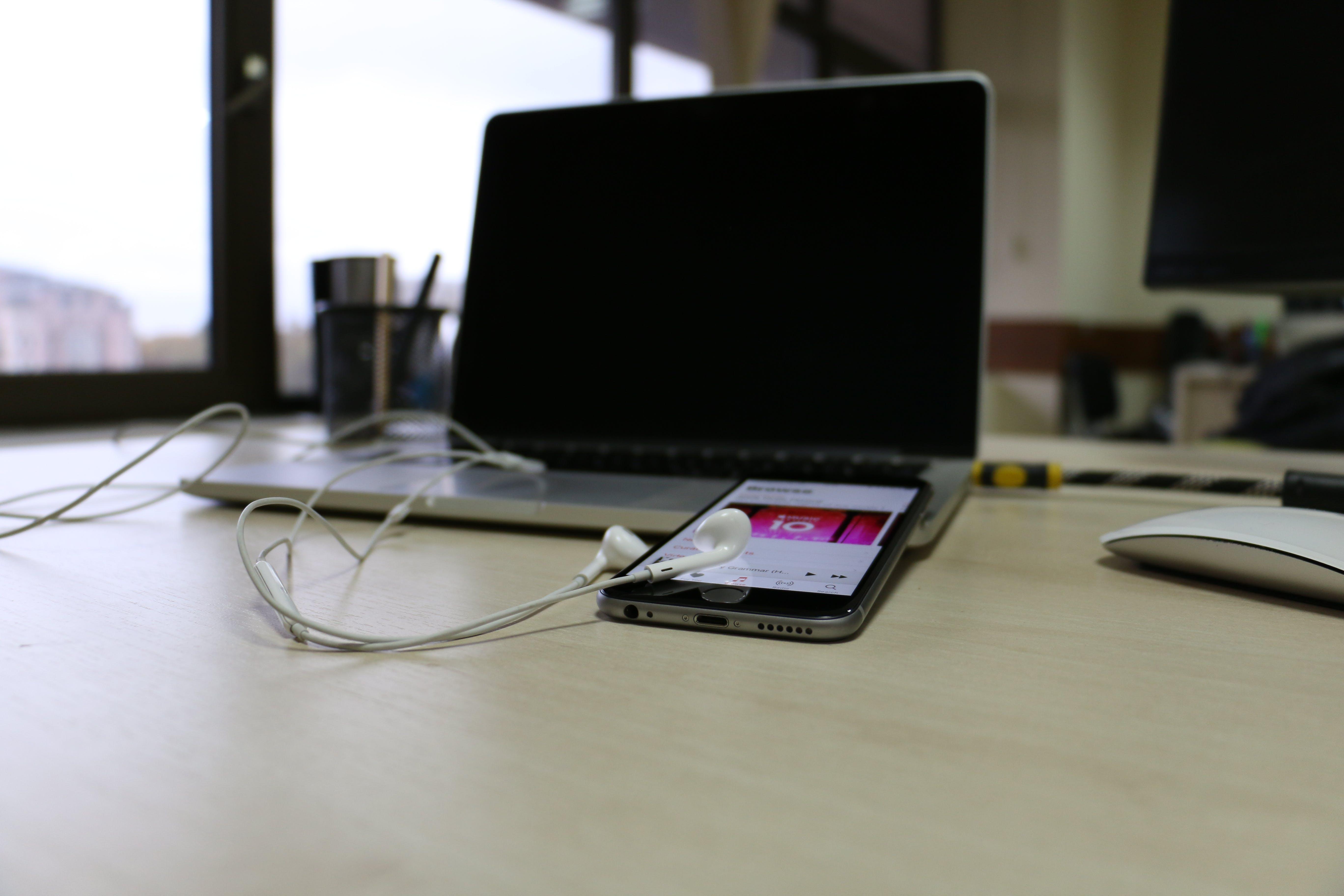 Free stock photo of apple device, apple music, blank screen, headphones